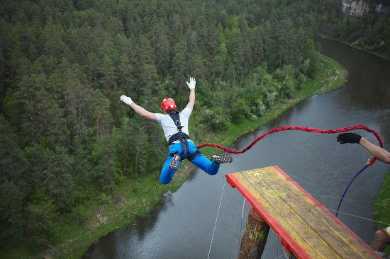 A força peso de um salto de bungee jumping realiza um trabalho motor em que há aumento de energia cinética