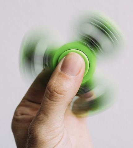 O Hand Spinner é um brinquedo que usa o conceito de momento angular para estimular a concentração de crianças e adultos