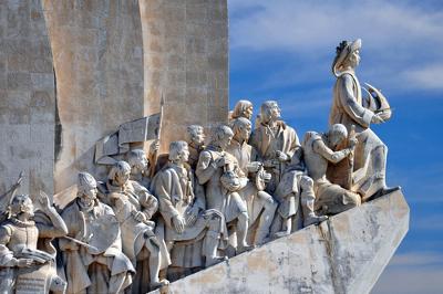 Com origem no século XII, a Literatura Portuguesa, assim como a Literatura Brasileira, foi dividida em escolas literárias