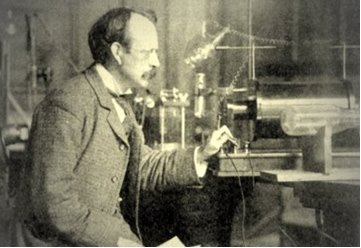 Thomson observa seu experimento com o tubo de raios catódicos, que o levaria à descoberta do elétron