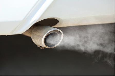 """Os produtos liberados na combustão do etanol são transparentes. Essa """"fumaça"""" é a condensação do vapor de água ou o motor está com defeito"""