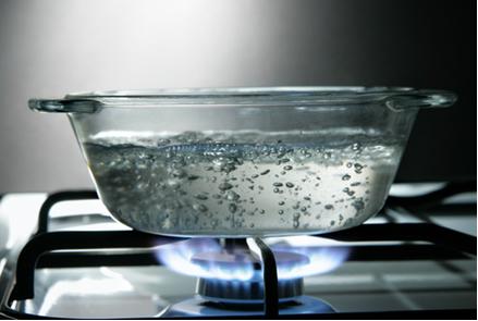 Na imagem acima, podemos identificar duas propriedades físicas (ponto de ebulição e mudança de estado físico da água) e uma química (combustão do gás)