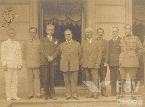 Getúlio Vargas (na imagem, o quarto da esquerda para direita) e os ministros que formavam o Governo Provisório, em 1930.*