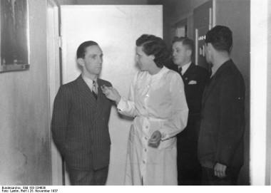 O chefe da propaganda oficial do nazismo, Joseph Goebbels (à esquerda), junto da cineasta Leni Riefenstahl *