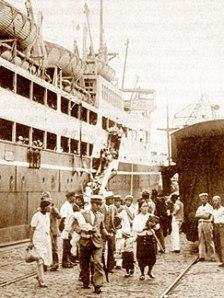 Desembarque das primeiras famílias japonesas no Porto de Santos.