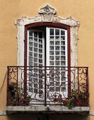 I'm on the balcony waiting for you! / Estou na sacada esperando por você!