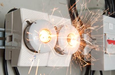 Um curto-circuito é caracterizado pelo aumento repentino da corrente em um circuito, que pode produzir faíscas ou até explosões