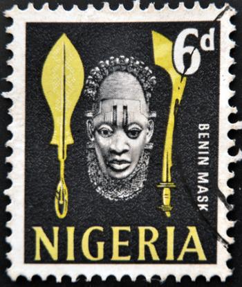 Selo nigeriano com imagem de uma máscara de madeira típica do reino de Benin *