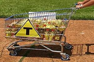Carrinho de supermercado contendo óleo de soja transgênica.