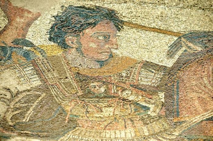 Alexandre, o Grande, foi o responsável pela expansão da cultura grega no mundo antigo *