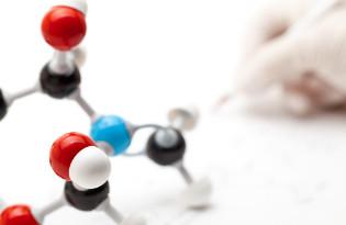 A fórmula molecular simplifica a representação da estrutura molecular mostrando quantos átomos de cada elemento estão presentes