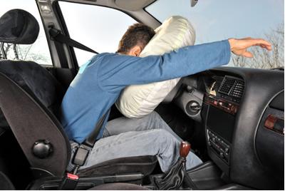A reação que faz os airbags inflarem, protegendo o motorista de um impacto muito danoso, é uma reação de análise ou decomposição