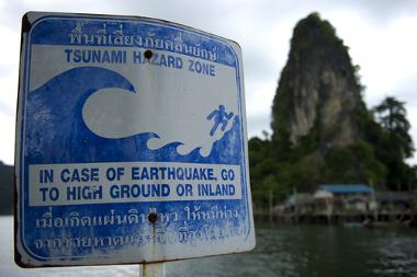 Placa alertando para o perigo de um tsunami, na Tailândia