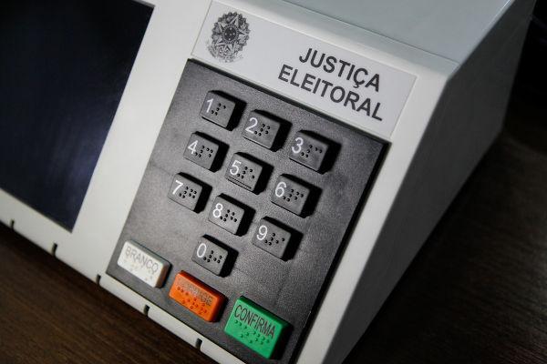 """O voto nulo pode ser registrado ao digitar um número aleatório, como """"99"""", e o voto branco é registrado ao selecionar a tecla """"branco"""".*"""