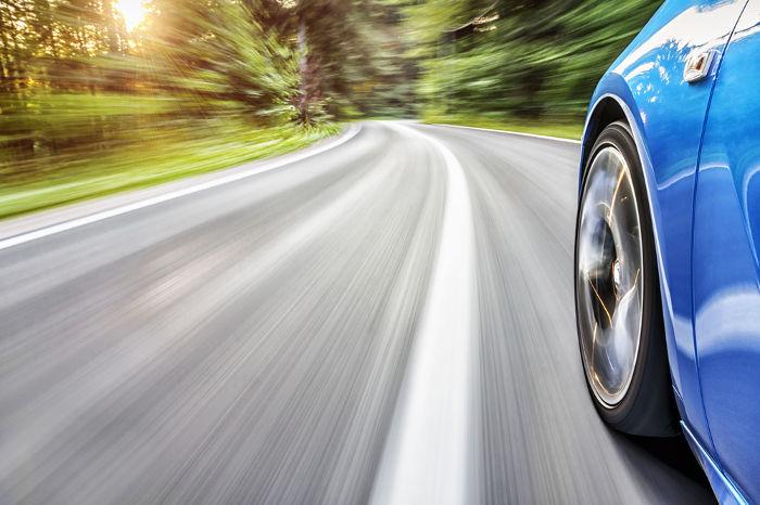 O movimento uniforme ocorre em linha reta e sem aceleração.