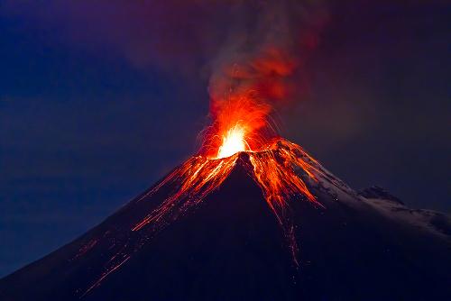 Na atualidade, há vários vulcões ativos. Um deles é o Vulcão Tungurahua, no Equador