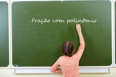 A fração com polinômio é uma divisão polinomial