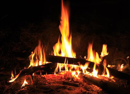 A combustão da madeira cortada é mais rápida