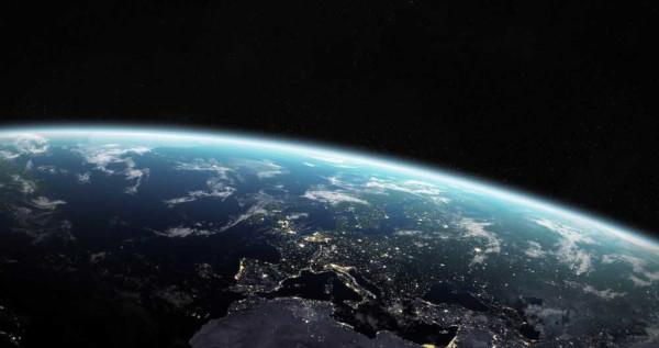 O planeta Terra é envolto por uma camada gasosa conhecida como atmosfera terrestre.