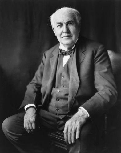 Em 1878, Thomas Edison inicia as tentativas de criação da lâmpada incandescente