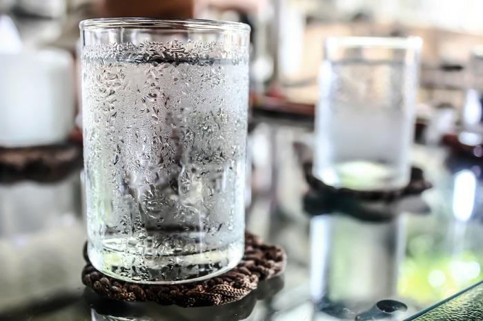 Baixa temperatura do copo condensa a umidade do ar a sua volta