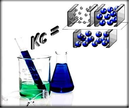 A expressão da constante de equilíbrio relaciona apenas a concentração de substâncias em solução (líquidas e gasosas)