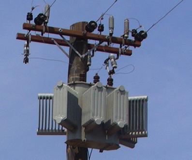 Transformador de voltagem colocado em um poste de rua