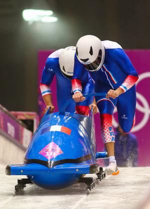 No bobsleigh, a velocidade inicial adquirida pela equipe depende da intensidade da força aplicada pelos atletas *