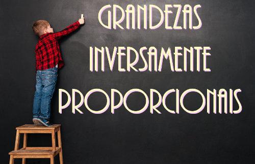 Grandezas inversamente proporcionais: o aumento em uma ocasiona uma redução na outra