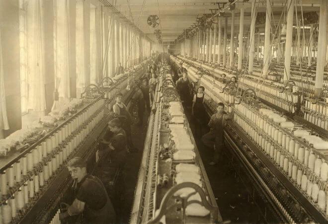 Crianças trabalhando em uma fábrica têxtil dos Estados Unidos que foi construída no final do século XIX.