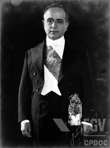Durante a fase constitucional de seu governo, Getúlio Vargas criou as bases que levaram à implantação do Estado Novo.*
