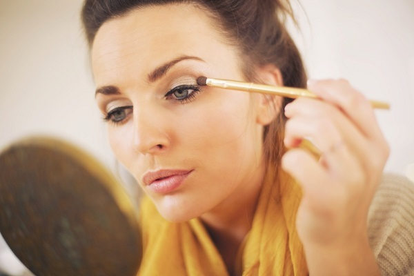 O uso de maquiagem requer bastante cuidado, pois pode desencadear problemas na pele