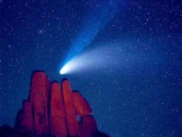 Imagem de um cometa em movimento.