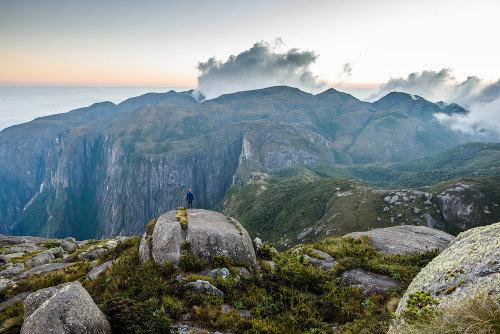A Serra dos Órgãos, no estado do Rio de Janeiro, é uma formação localizada em um escudo cristalino