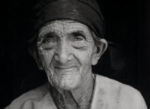 O Mal de Alzheimer manifesta-se em indivíduos com mais de 50 anos.