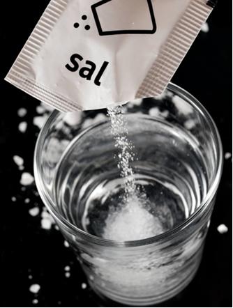 Quando misturamos o sal na água há a quebra de seus retículos (com absorção de energia) e interação com a água (com liberação de energia)
