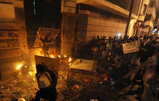Manifestantes no Rio de Janeiro atacando a Câmara Municipal da cidade em outubro de 2013.*