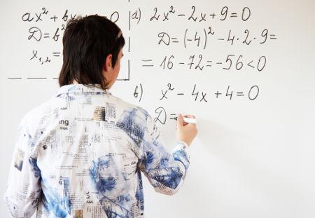 As equações do segundo grau podem ser resolvidas por Bháskara ou por formas alternativas
