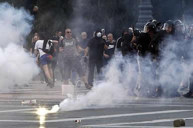 O gás lacrimogêneo é utilizado por forças policiais de todo o mundo para dispersar pessoas em manifestações