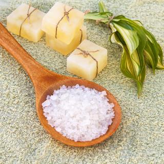 A soda cáustica é uma base (hidróxido de sódio) usada na fabricação de sabões