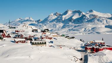 Nas regiões polares, as elevadas latitudes ajudam a explicar o clima muito frio