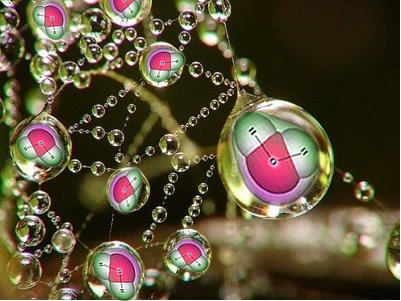 As moléculas de água são polares e nelas ocorre a interação denominada dipolo permanente-dipolo permanente