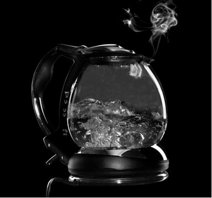 Quando aquecemos, ocorre a ebulição da água, que é um tipo de vaporização