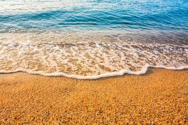 Durante o dia, a areia aquece-se mais rapidamente que a água, pois seu calor específico é menor que o da água