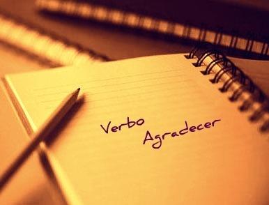 A regência do verbo agradecer se demarca pelo fato de ele ser constituído de dois complementos: um objeto direto e outro indireto