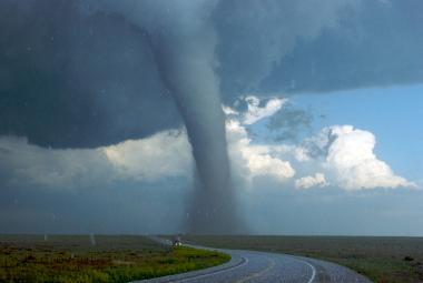Imagem de um tornado em uma região dos Estados Unidos