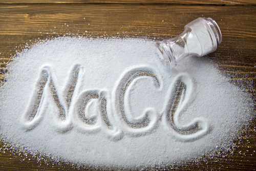 O cloreto de sódio é um exemplo de composto formado a partir de ligação iônica entre os átomos