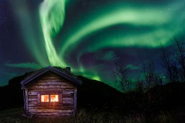 As auroras ocorrem por causa da colisão de partículas vindas do Sol com a atmosfera terrestre