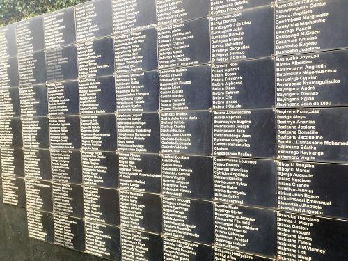 Memorial com os nomes das vítimas tutsis do genocídio ruandês de 1994*