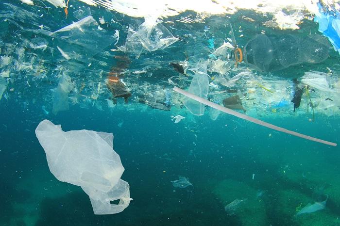 A degradação de componentes plásticos leva à formação de microplásticos, que contaminam o oceano.